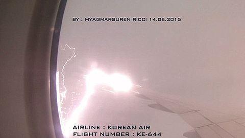 Ez az, amit nem szeretnél látni a repülő ablakából – videó