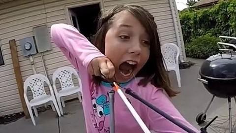 Íjjal húzta ki a tejfogát a bátor kislány – videó
