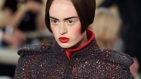Borzasztó frizurával vonultak a modellek a Chanel bemutatóján – fotók