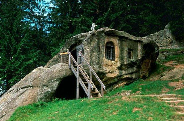 Vajon mennyi időbe tellett ebből a sziklából kivájni ezt az otthont?