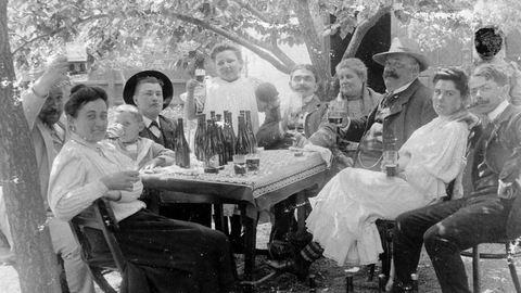 Olyan jóízűen isszák a sört ezeken a régi fotókon, hogy beleremegsz