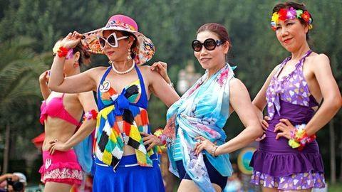 Nyugdíjasok tartottak fürdőruhás divatbemutatót – fotók