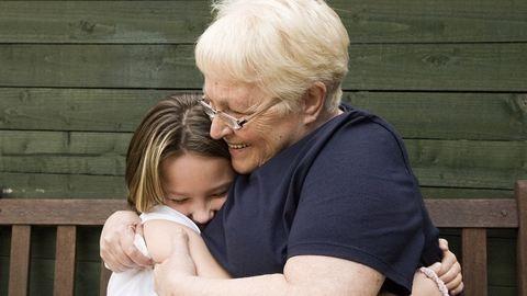 Hirdetésben keres a kislányának nagyszülőket egy győri anyuka