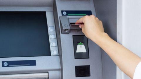 Ismeretlenek több száz ügyfél bankkártyájáról emeltek le pénzt