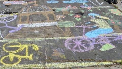 A tranzitzónákban rajzolhatnak az aszfaltra a menekült gyerekek
