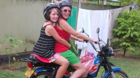 Magyar önkéntesek Srí Lankán magatartás-zavaros gyerekek mellett