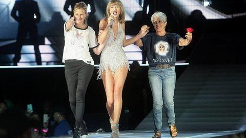 Smink nélkül állt színpadra Julia Roberts Taylor Swift koncertjén. Nézd meg a bevonulását!