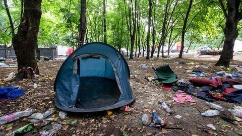Menekültek kapják a szigetelők sátrait
