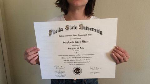 A neten árulja a diplomáját a munkanélküli nő