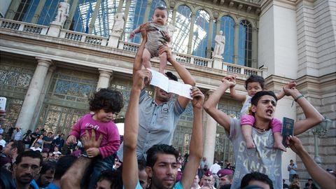 Menekültek: egyedül hagyott gyerekek, 5 napos újszülött a járdán, egyre rosszabb a helyzet