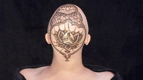 Így használta ki a rákos nő, hogy kihullott a haja – fotók