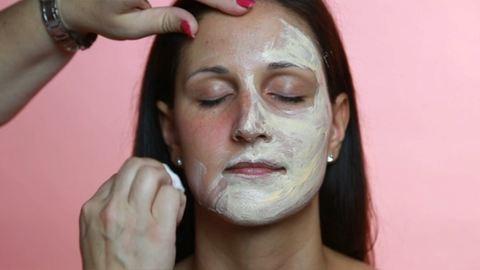 Így használd a kényeztető arcpakolásokat! – videó