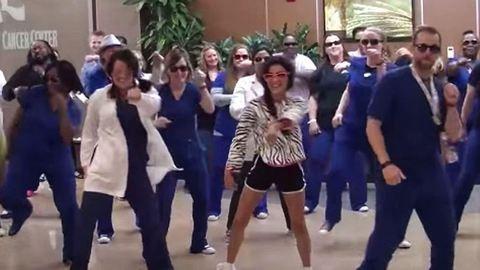 Flashmobbal búcsúztak a kórház alkalmazottai a 12 éves rákbeteg lánytól – videó