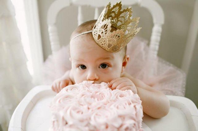 Cukiság: babák az első szülinapjukon, DIY sapiban