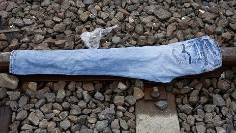 Röszke: menekültek elhagyott tárgyai a sínek mentén