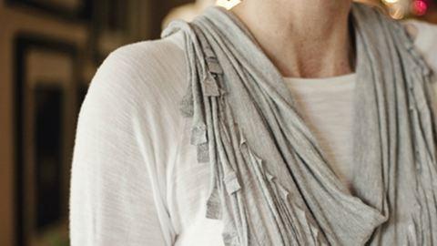 Csináld magad: készíts trendi, rojtos sálat egy pólóból!