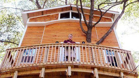 Elképesztő kisházat épített a fa tetejére