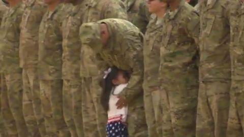 Így örült hazatérő katona édesapjának egy kislány – videó