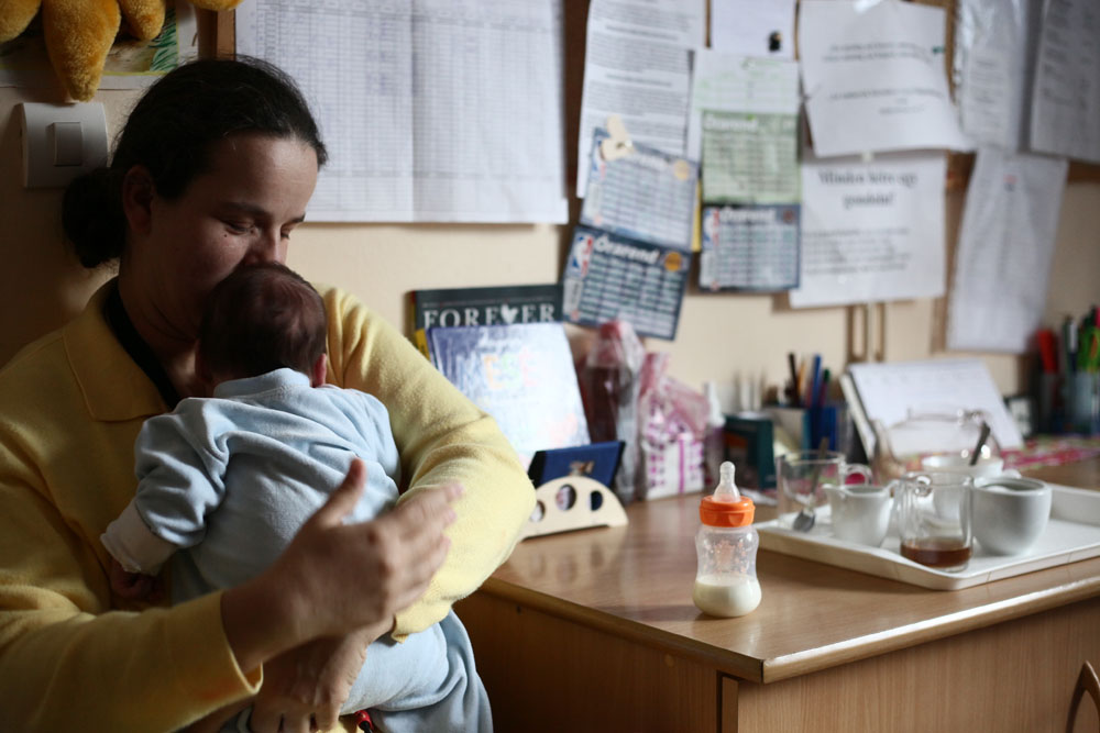 Linda, kisbabájával, Nanomival