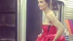 Nagyestélyiben metrózik Katie Holmes