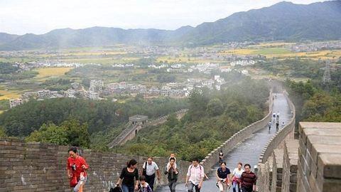Kamu kínai nagy falat látogatnak a turisták