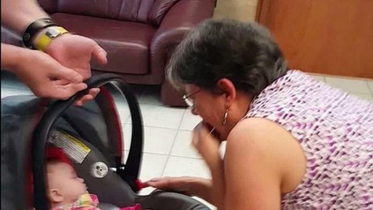 Nézd, hogyan tudta meg ez a hölgy, hogy nagymama lett! – megható videó