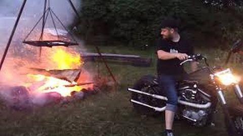 Harley-Davidsonja segítségével gyújtott tüzet – Nézd meg, mi lett belőle!