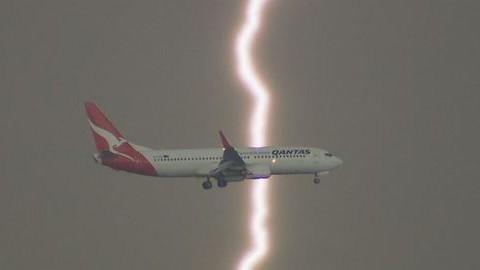 Döbbenetes látvány: majdnem villám csapott egy repülőgépbe