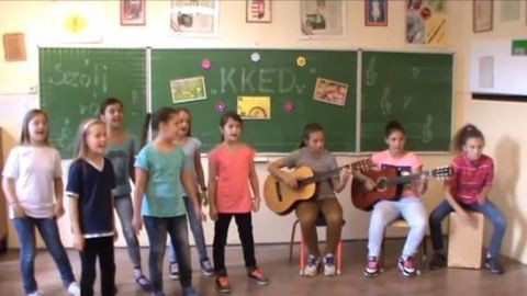 Csütörtöki videó: tehetséges magyar diákok Kovács Katit énekelnek