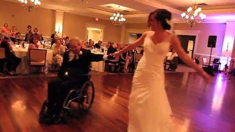 Mégis táncolhatott lányával a kerekesszékes férfi – megható videó