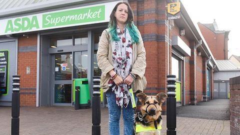 Kizavarták a szupermarketből a vak nőt