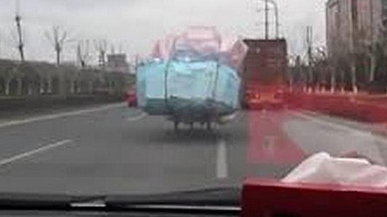 Óriási csomag a kínai motoron – videó