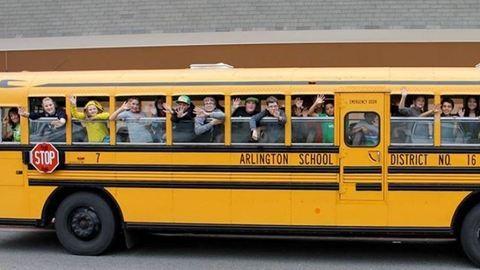 Szívmelengető történet az iskolabuszos gyerekekről és az ablakban üldögélő nagyiról