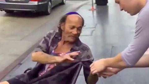 100 hamburgert vásároltak hajléktalanoknak a kamaszfiúk – videó