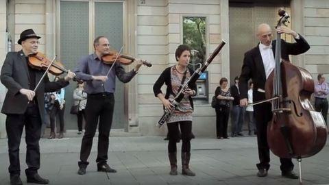 Pénzt dobott az utcazenésznek, őrületes flashmob lett belőle