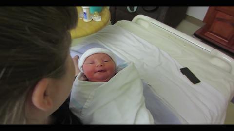Megható videó: a szülők először találkoznak adoptált kisbabájukkal