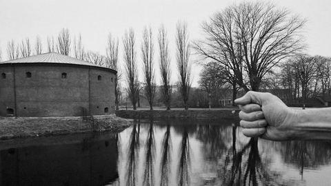 Szürreális szelfik – saját meztelen testét használja a fotós