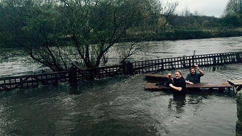 Még az árvíz sem állhat a férfiak és a sör közé! – vicces fotó