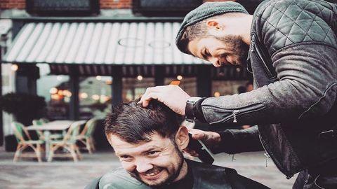 Megható: ingyen hajvágással segít a hajléktalanoknak a fodrász