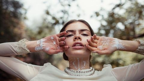 Csodaszép művészi tetoválások hófehérben – fotók