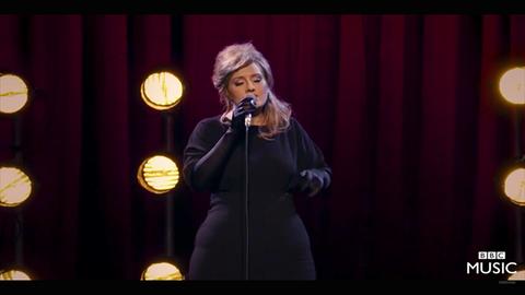 A valódi Adele imitátornak öltözve lepte meg a valódi Adele-imitátorokat – videó