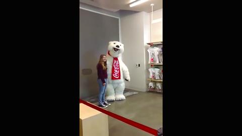 A világ leglelkesebb dolgozója a Coca-Cola jegesmedvéje – vicces videó