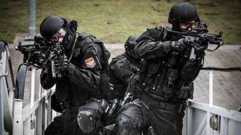 Fegyverrel és bombákkal fogott el hat embert a TEK