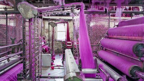 Varázslatosan színes az élet a textilgyárban – fotók