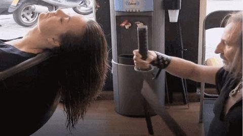 Karddal vág hajat az elvetemült fodrász – elképesztő videó
