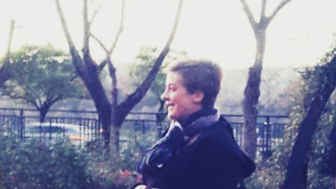 Aranyos kép, ahogy Tatár Csilla babázik a hidegben