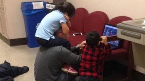 A professzor vigyázott az egyedülálló anya gyerekeire, hogy le tudjon vizsgázni