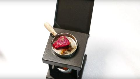 Nézd meg, ahogy megsütik a világ legkisebb steakjét – videó