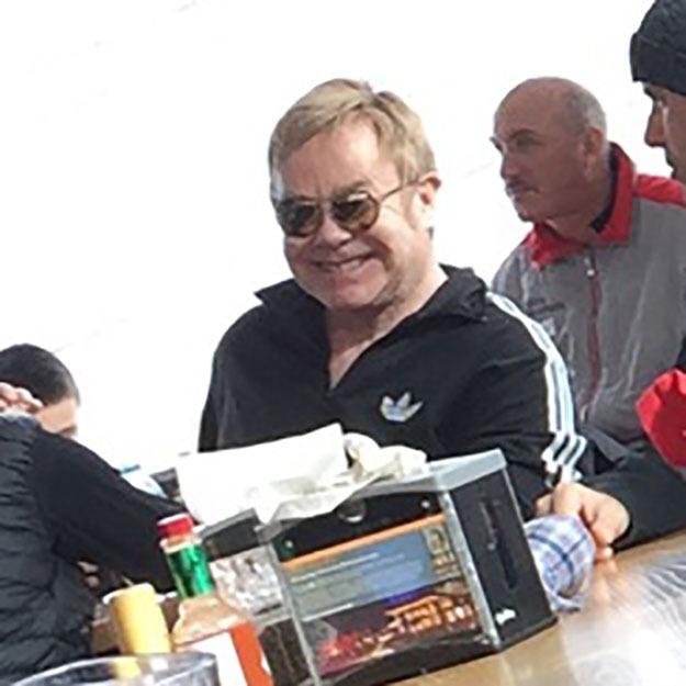 Ez történik, ha lesifotót akarsz készíteni Elton Johnnal