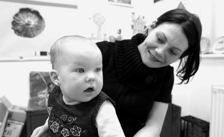 Petra prostituáltként dolgozott Németországban, mikor megtudta 4 hónapos terhes. Szerhasználóként tudta hogy segítséghez kell fordulnia. (Részlet a Karmák - Józan Babák kisfilmből)